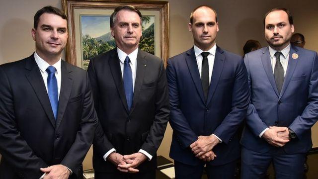 Bolsonaro com os três filhos