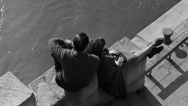 一对年轻伴侣坐在河边