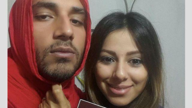 """""""Odio cuando la 'policía moral' obliga a mi mujer a llevar el 'hyjab'"""", explica este hombre, con el velo islámico de su esposa en la cabeza."""