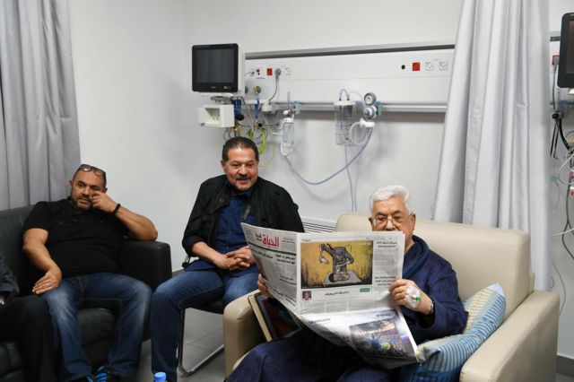 الرئيس الفلسطيني يتصفح بعض الجرائد