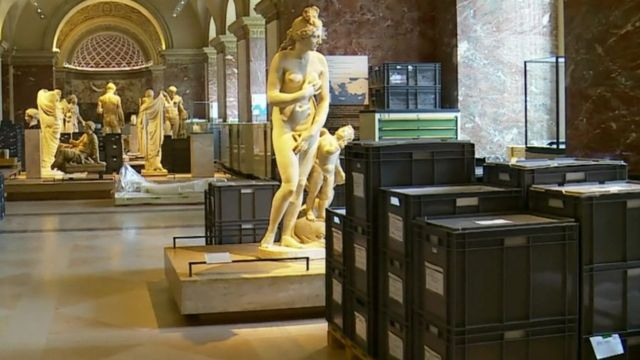 Boxes around statues in the Louvre