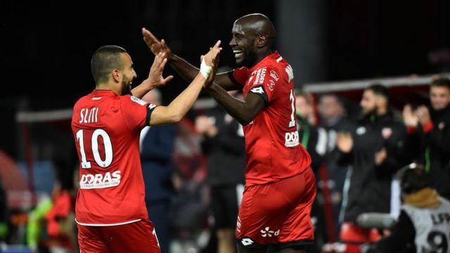 L'attaquant cap-verdien de Dijon Julio Tavares (D) célèbre un but avec le milieu de terrain tunisien Naim Sliti (G) lors du match de football L1 entre Dijon (DFCO) et Angers (ASCO) le 19 mai 2018, au stade Gaston Gerard à Dijon, dans le centre-est de la France.