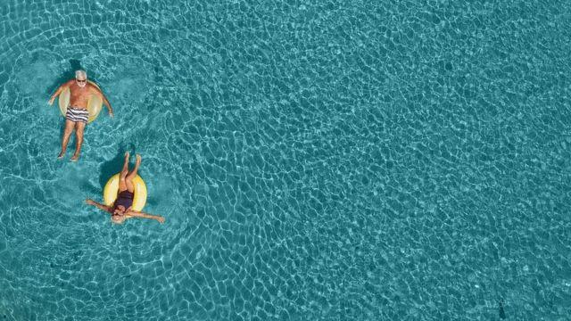 Una pareja de adultos e el mar.