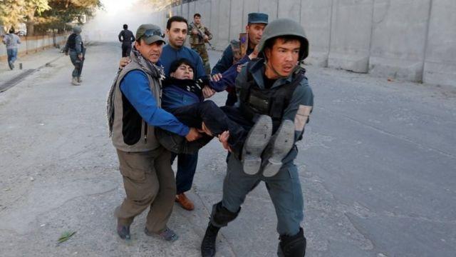 سربازان در حال انتقال زخمی
