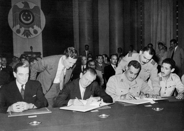 جمال عبد الناصر يوقع معاهدة انسحاب القوات البريطانية من مصر