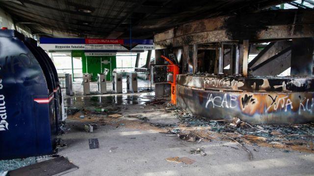 Estação de metrô danificada em Santiago, Chile.