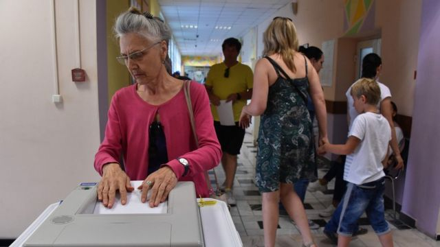 A woman votes at a polling station in Moscow on September 9, 2018 during regional elections that Kremlin-loyal candidates are set to dominate, as police detained dozens of supporters of a jailed opposition leader who called for protests over pension reform