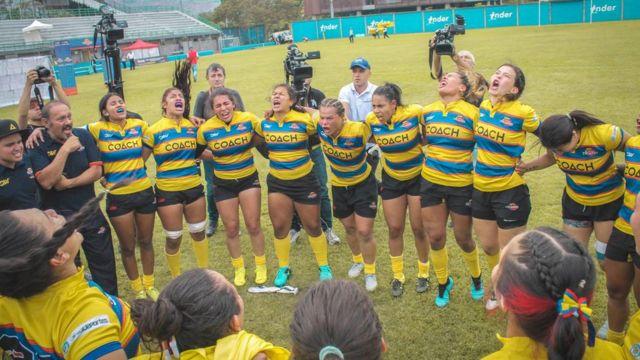 Mujeres celebran una victoria deportiva en rugby