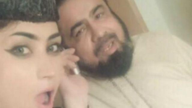 A postagem dessa imagem ao lado de um clérigo rendeu uma suspensão para o líder religioso