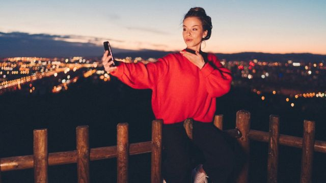 Mulher jovem fazendo selfie com celular