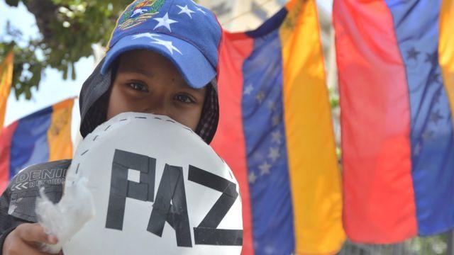 Un niño con un cartel de paz.