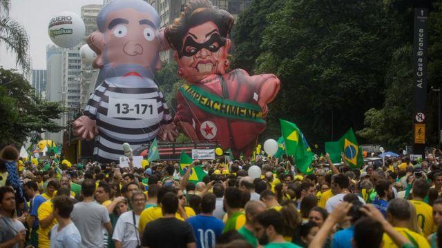 Bonecos de Lula e Dilma em protesto pelo impeachment