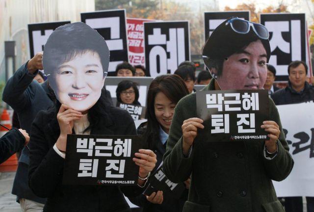 Ảnh tư liệu, chụp ngày 18/11/2016, những người biểu tình đeo mặt nạ Tổng thống Nam Hàn Park Geun-hye, bên trái, và bà Choi Soon-sil, bạn thân lâu năm cuả bà Park, tại Seoul, Nam Hàn.