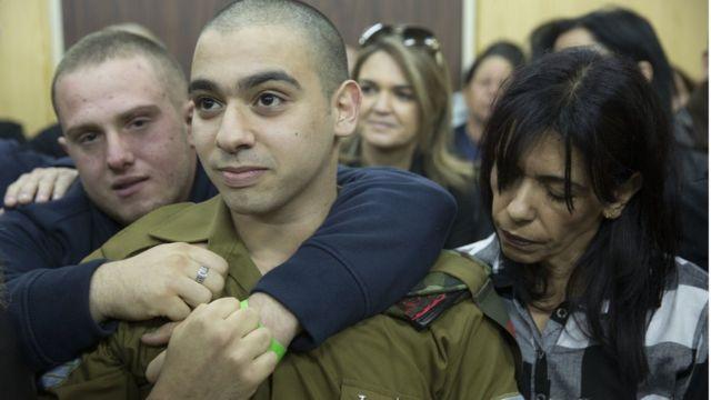 Элиор Азария (в центре) с матерью и друзьями ждет вердикта военного суда