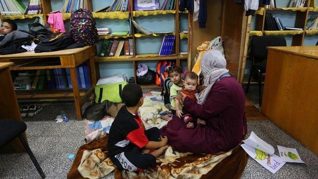 خانوادههای فلسطینی از خانههایشان در غزه فرار کرده و در مدرسهها پناه گرفتهاند