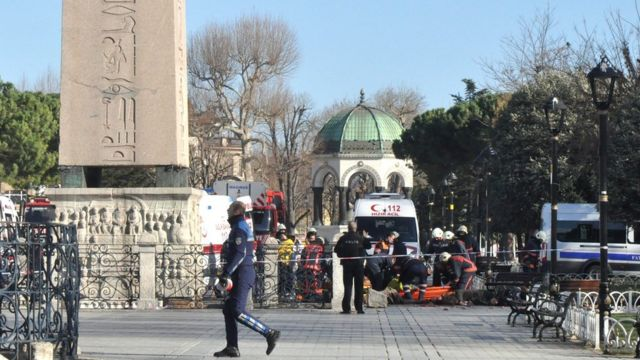 ブルーモスク近くの現場から犠牲者の遺体が運び出された