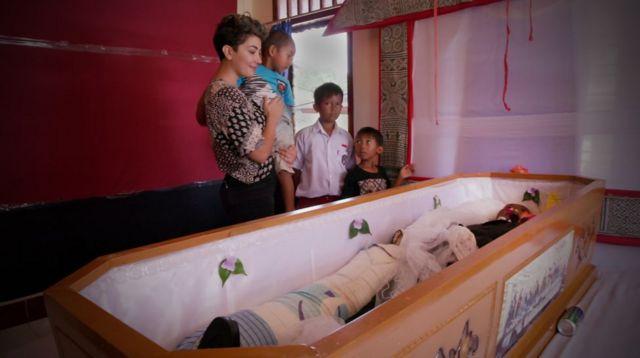 Sahar Zand en un hogar junto a niños y un féretro