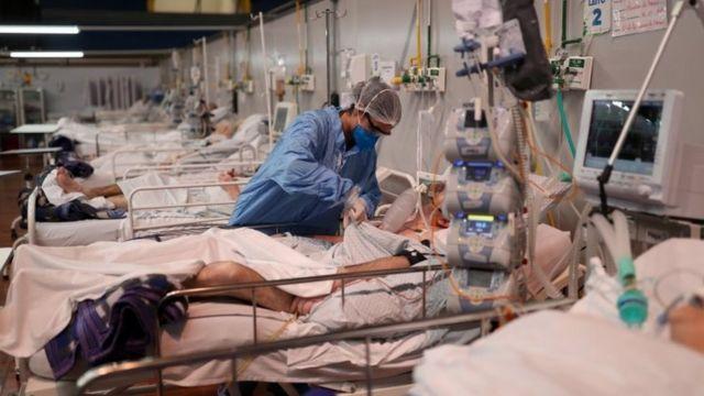 Enfermeira cuida de pacientes em hospital