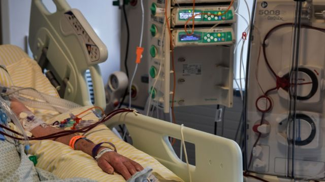 Paciente internado na UTI do hospital Albert Einstein, em São Paulo, em foto de 16 de novembro de 2020