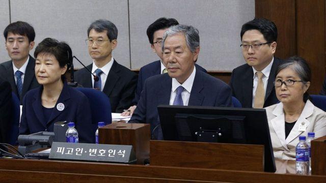 지난해 5월 박 전 대통령(왼쪽)이 국정농단 첫 재판에 출석했다. 맨 오른쪽은 그의 40년 지기이지 국정농단의 핵심인물 최순실 씨