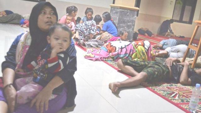 지역 모스크로 피신한 판데글랑 지역의 주민들