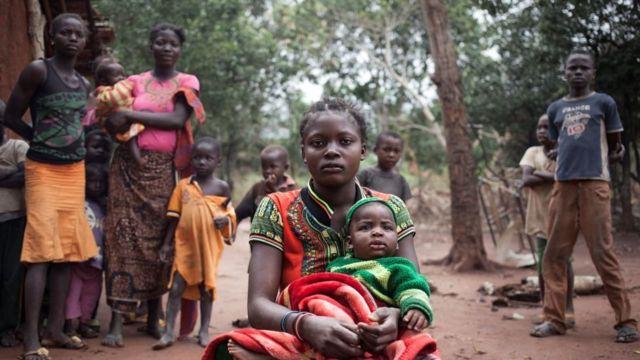 Mulher africana com bebê no colo