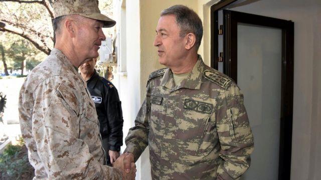 الجنرال جوزيف دانفورد، رئيس هيئة الأركان الأمريكية المشتركة، ونظيره التركي، الجنرال هولوسي أكار، في قاعدة انجيرليك الجوية