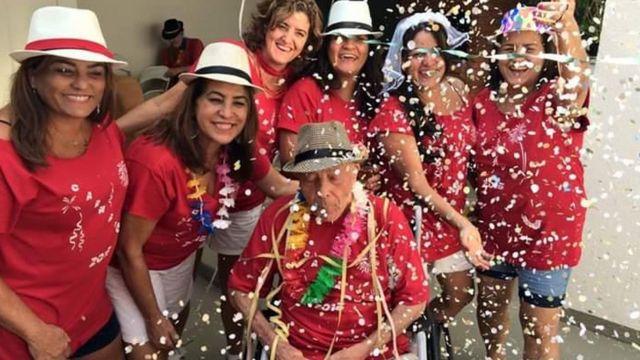 Teotonio Pires Ferreira com parentes em sua festa de Carnaval