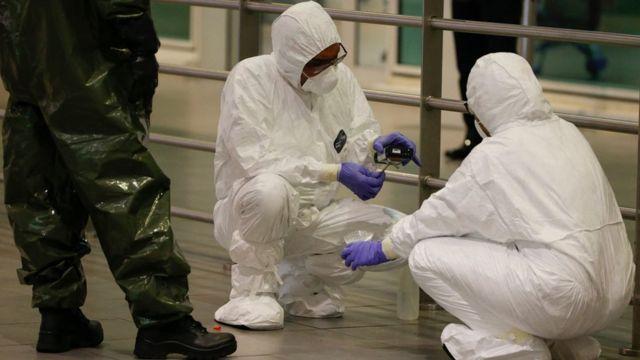 特别小组在机场进行毒物采集。