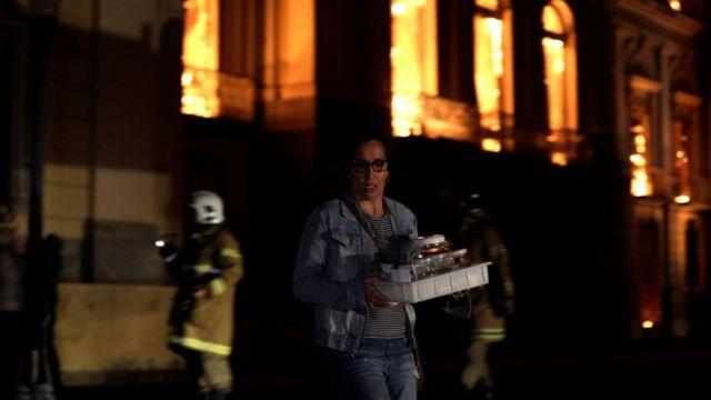 संग्रहालयाच्या आगीतून काही वस्तू वाचवण्याचं प्रयत्न सुरू आहेत