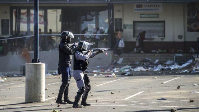 Olayların engellenmesi için polis güçlerinin yanı sıra askeri birlikler de sevk edildi.
