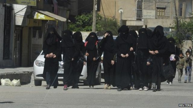 Mulheres estudantes usando vestimenta que cobre o corpo todo na Síria, em 2014