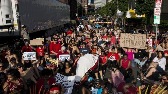 Manifestantes en Minneapolis, Minnesota, reclaman justicia para Philando Castile