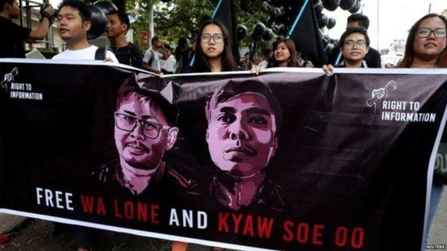 फ़ैसले से पहले कई लोग दोनों पत्रकारों के समर्थन में बैनर लेकर मौजूद थे