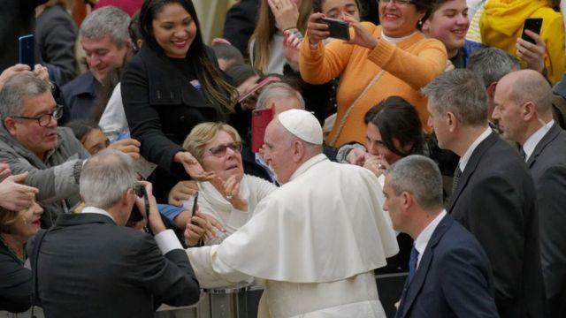 Francisco saluda a varias mujeres