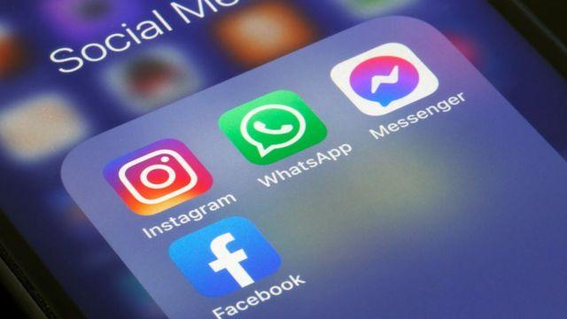 Iconos de Whatsapp, Instagram y Facebook sobre un teléfono móvil.