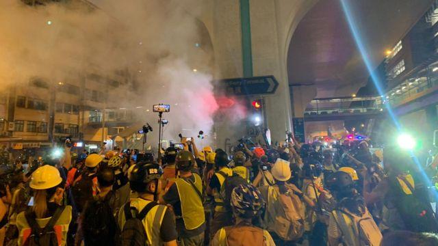 上环示威现场,警方仍在加速推进,现场一片骚动。