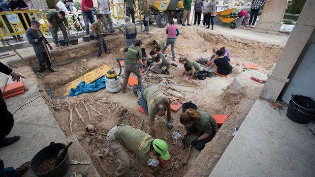 Trabajos de excavación en una fosa común de víctimas del franquismo.
