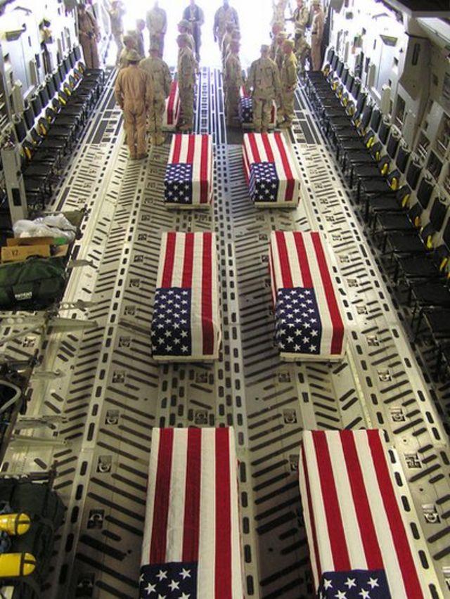 Urnas con banderas de EE.UU.