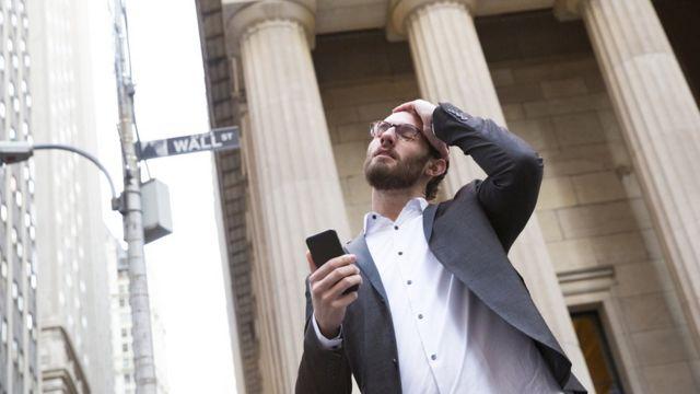 Un homme à Wall Street finances : voici des recommandations d'un expert pour sortir de l'endettement et améliorer vos finances en 2021 -  116098005 gettyimages 1166410377 - Finances : voici des recommandations d'un expert pour sortir de l'endettement et améliorer vos finances en 2021