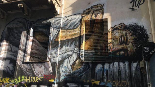 Des graffitis recouvrent une maison dans le centre d'Exarchia.