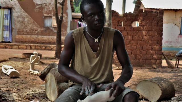 Un jeune artisan de Bangui.