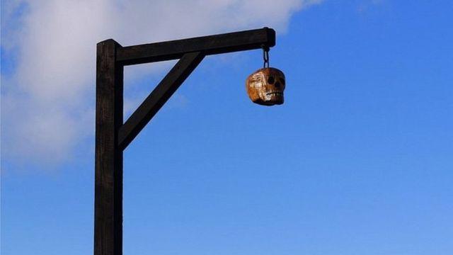 Деревянная голова на виселице
