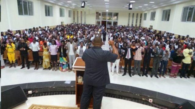Homem pregando em igreja