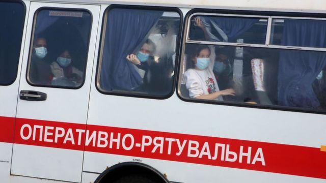 эвакуированные на микроавтобусе