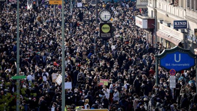 Miles de personas salieron a las calles en Berlín.