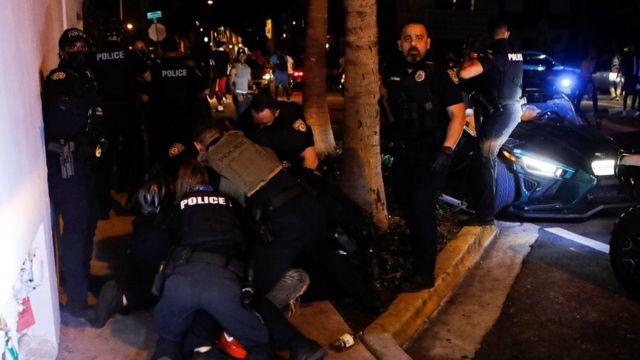 La policía lleva a cabo arrestos en Miami Beach