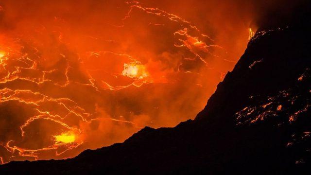 """ماذا تعرف عن """"بحيرة النار"""" الأفريقية التي تبلغ حرارتها ألف درجة مئوية؟ -  BBC News عربي"""