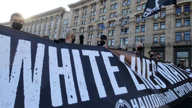 Grupo em protesto de supremacistas