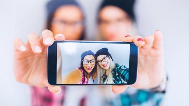 Selfie de dos amigas